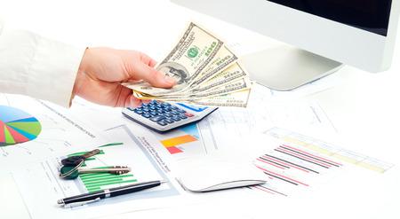 dare soldi: Contabilit�. Mani dell'uomo di affari in carica danno i soldi