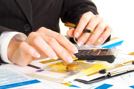 会計。ビジネスの女性の手のオフィスで。お金、コイン