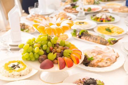 食べ物や飲み物と長いテーブル
