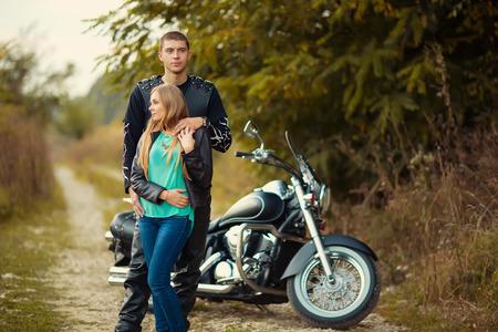 jinete: Pareja joven con hermosa bici en la carretera.