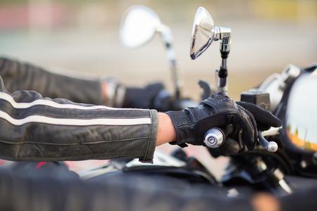 バイクに乗る人の手にかかっているステアリング ホイール オートバイ 写真素材