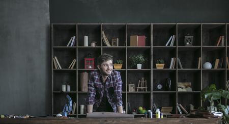 Lederhersteller Des Jungen Mannes Der Nahe Holztisch Steht Und