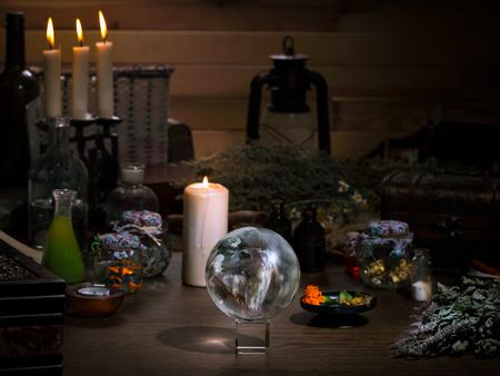 Mistyczne still life - magiczne kulki, świece, zioła. Wiele magiczne przedmioty i naczynia alchemikiem. Concept - magia, deska czarownica, medycyna alternatywna, okultyzm i czary. Halloween