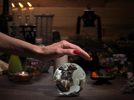 손 마녀. 투명 구입니다. 마법 개체와 연금술사의기구. 양초, 허브. 개념 - 대체 의학, 마법과 오컬트. 할로윈. 점, 마법. 작업 치료사