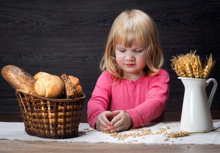 Enfant d'avoine et le blé. Les épis de blé dans la corbeille à pain Banque d'images - 65750575