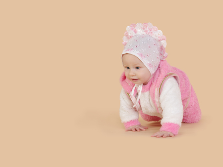 bebes niñas: Pequeño bebé que se arrastra. Niño en color rosa sobre un fondo de color beige