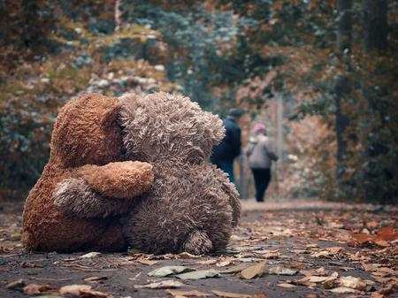 Twee teddybeer knuffelen elkaar en kijk uit voor de weg een bejaard paar mensen - grootouders