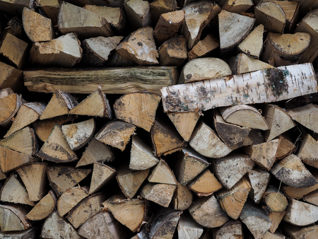 A lot of wood on the shelves in the firewood Banque d'images - 115398530