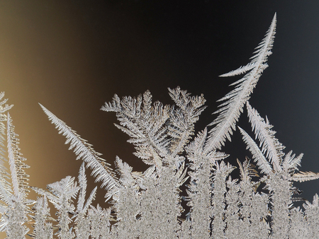Frosty patterns on the window glass. Beautifully frozen ice Banque d'images - 115398564