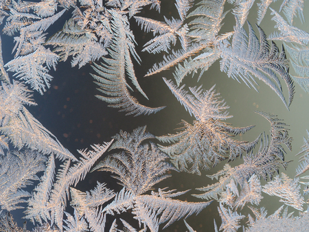 Frosty patterns on the window glass. Beautifully frozen ice Banque d'images - 115398565