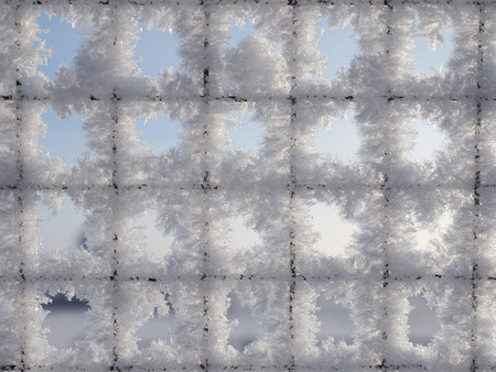 Snow on the grill. Beautiful texture of the ice crystals Banque d'images - 115398876