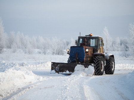 Tver region. Sonkovsky district. Russia. 28 January 2019. Clearing snow from the road. Tractor grader clears snow from the road. Banque d'images - 121482734