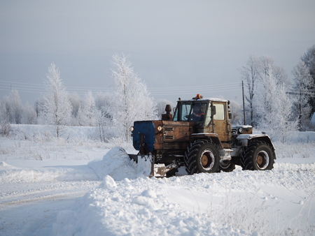 Tver region. Sonkovsky district. Russia. 28 January 2019. Clearing snow from the road. Tractor grader clears snow from the road. Banque d'images - 121482735