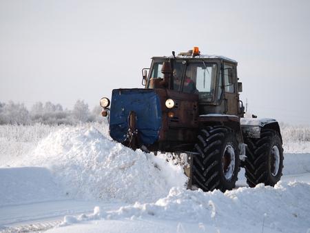 Region Twer. Sonkovsky-Bezirk. Russland. 28. Januar 2019. Schneeräumung von der Straße. Traktorgrader räumt Schnee von der Straße.