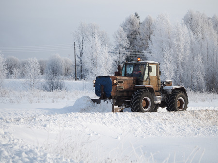 Tver region. Sonkovsky district. Russia. 28 January 2019. Clearing snow from the road. Tractor grader clears snow from the road. Banque d'images - 121482737