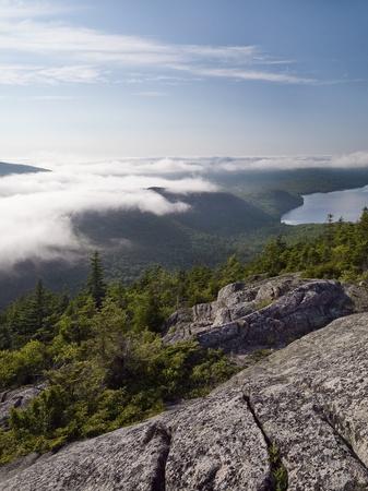 overlooking: Senderismo en Acadia, con vistas a vally con baja colgando de la formaci�n de nubes.