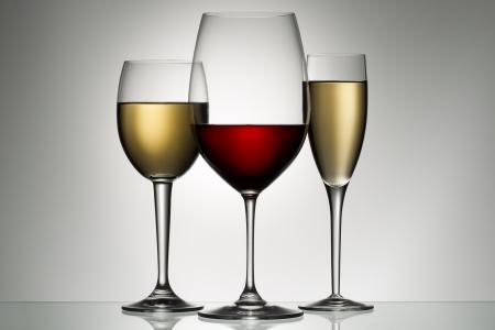 glazen rode en witte wijn Stockfoto