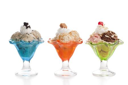 coppa di gelato: tre variante diversa di gelati Archivio Fotografico