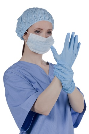 Close-up beeld van een vrouwelijke arts die medische masker en handschoenen