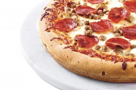 Una porción de pizza en un plato blanco aisladas Foto de archivo