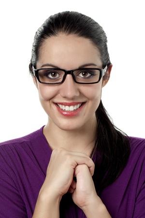 メガネを着て笑顔の女性の肖像画
