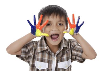 Beeld van gelukkige jongen met kleurrijke geschilderde handen tegen een witte achtergrond