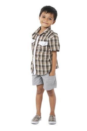 fondo blanco: Niño feliz con las manos en los bolsillos en el fondo blanco Foto de archivo