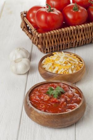 queso cheddar: Taz�n de queso cheddar rallado y salsa