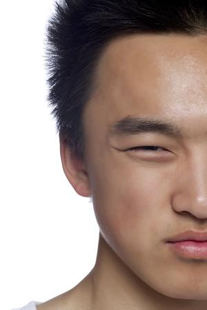 인상을 찌푸리고 아시아 남자의 절반 얼굴