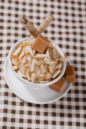 카라멜 사탕, 땅콩 및 웨이퍼와 캐러멜 아이스크림의 이미지 스톡 콘텐츠