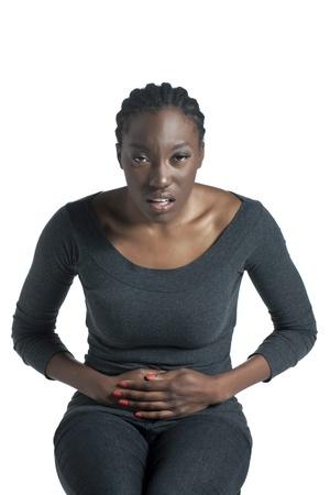 abdominal pain: Colpo Facciata di una sofferenza donna africana di dolori addominali
