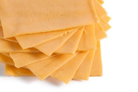 queso cheddar: Rebanadas de queso americano en una imagen recortada