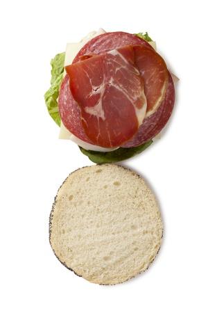 ham sandwich: Prosciutto panino appetitoso isolato in una bakcground bianco