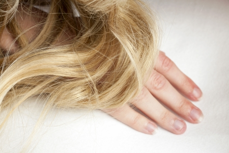 인간의 손에 금발 머리 스톡 콘텐츠