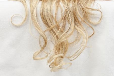 백인 여자의 물결 모양의 금발 머리