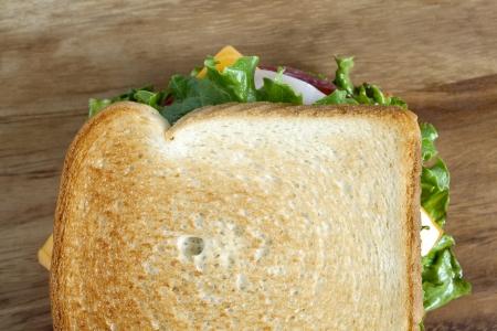 ham sandwich: Immagine orizzontale di un panino al prosciutto delizioso su uno sfondo di legno