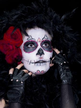 traje mexicano: Close-up shot de una mujer con el cráneo asustadizo azúcar maquillaje mirando hacia arriba Foto de archivo