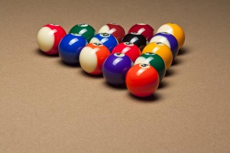 bola de billar: Macro foto de las bolas de piscina brillantes dispuestos en la mesa de billar