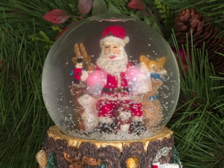 male likeness: Tiro detallado de regalo de Navidad con Santa Claus figurilla