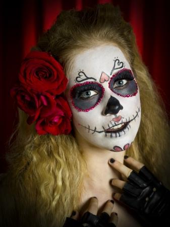 mujer fea: Retrato de una mujer vestida de miedo horrible calavera de az�car y rosas en el cabello sobre fondo rojo