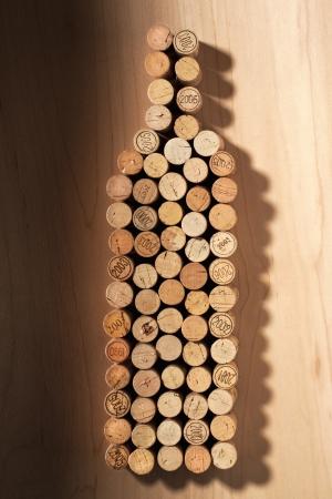 connaisseur: A close-up immagine se una bottiglia di vino composto da sughero di legno sul tavolo