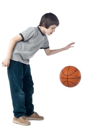 バスケット ボールをドリブル少年のポートレート