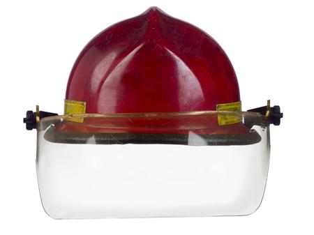 casco rojo: Imagen de primer plano de un casco rojo de bombero aislado en un fondo blanco Foto de archivo