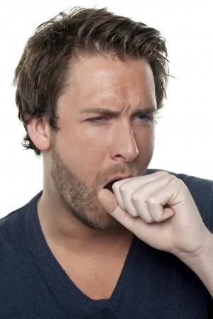 cough: Imagen de primer plano de un hombre que tiene una tos sobre el fondo blanco