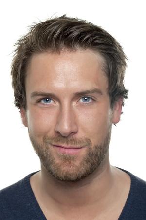 Close-up beeld van glimlachende man met blauwe ogen tegen de witte oppervlak