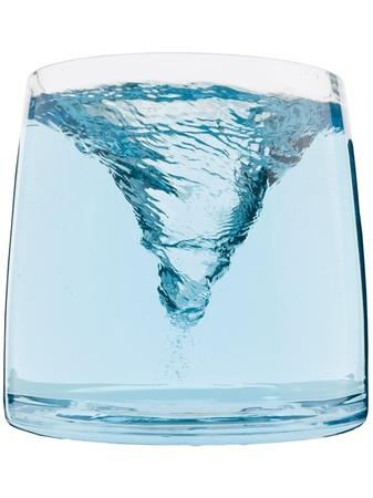 유리 용기 안에 푸른 물 소용돌이