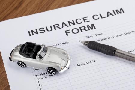 sports form: Close up immagine di auto da collezione del giocattolo con la forma di assicurazione