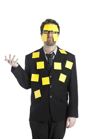 notas adhesivas: Retrato de hombre de negocios estresado cubierto por las notas adhesivas de pie sobre un fondo blanco