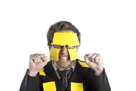 notas adhesivas: Retrato de hombre de negocios estresado con las notas pegajosas contra el fondo blanco Foto de archivo