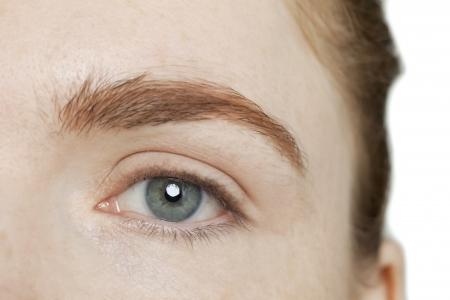 白い背景に、女性の目の画像を閉じる